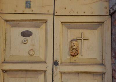 Particolare di un portone del Trebbio - Croce
